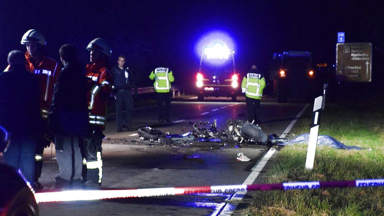 die-unfallstelle-auf-der-b-292-am-ortsausgang-von-duhren-sinnsheim-das-motorrad-des-21-jahrigen-ist-vollig-verbrannt