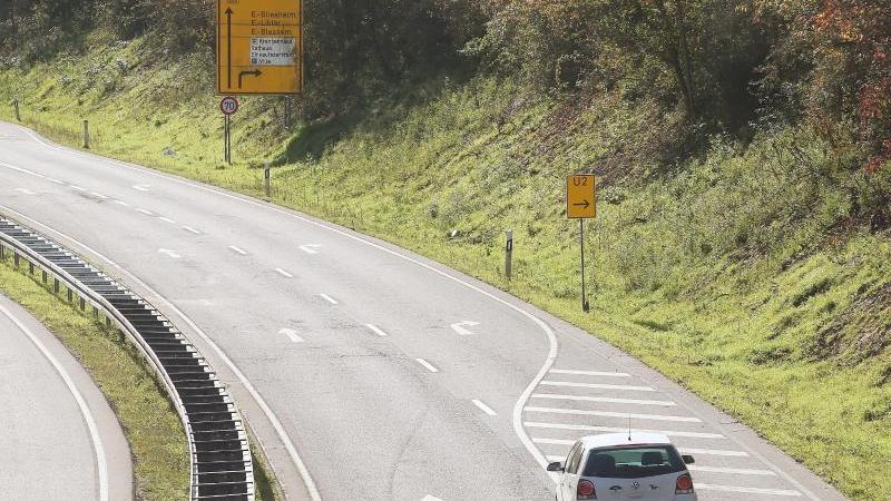 fahrzeuge-fahren-entlang-der-gerade-fur-den-verkehr-geoffneten-b265-foto-david-youngdpa