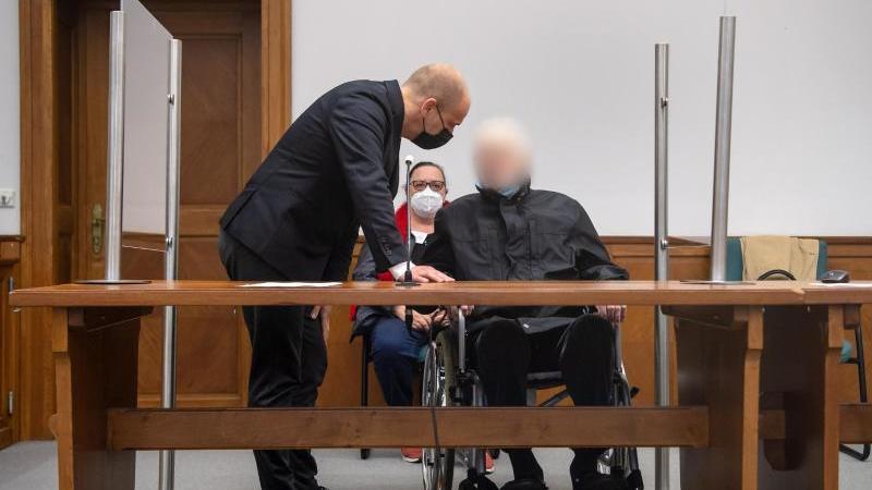der-87-jahre-alte-angeklagte-spricht-mit-seinem-anwalt-foto-sina-schuldtdpa