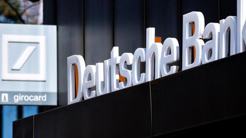 das-logo-der-deutschen-bank-hangt-uber-dem-eingang-an-einer-filiale-im-stadtzentrum-foto-hauke-christian-dittrichdpaarchivbild