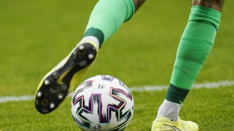ein-fuballspieler-spielt-den-ball-foto-uwe-anspachdpasymbolbild