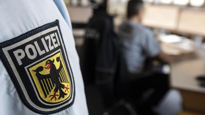 ein-polizist-der-bundespolizei-steht-in-einer-leitstelle-foto-boris-roesslerdpasymbolbild
