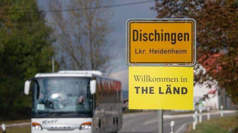 am-ortsschild-von-dischingen-hangt-ein-zusatzschild-mit-der-aufschrift-willkommen-in-the-land-foto-stefan-puchnerdpa