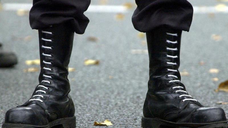 springerstiefel-eines-teilnehmers-einer-demonstration-der-rechten-szene-foto-picture-alliance-dpa