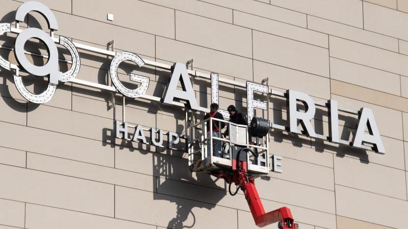arbeiter-montieren-das-neue-logo-der-galeria-an-die-fassade-einer-filiale-foto-boris-roesslerdpaarchivbild