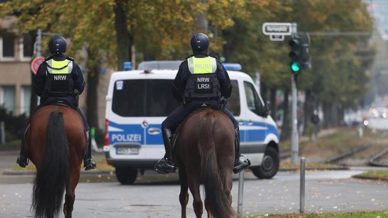 polizisten-patrouillieren-auf-pferden-in-der-nahe-der-altstadt-foto-oliver-bergdpaarchivbild