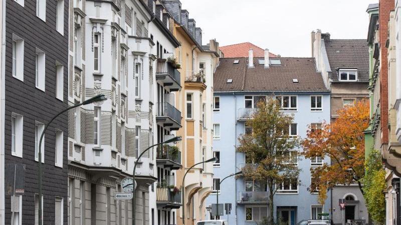 wohnhauser-in-einer-strae-foto-marcel-kuschdpaarchivbild