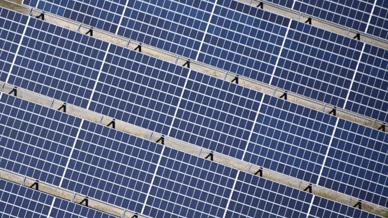 auf-einem-gelande-in-sinsheim-baden-wurttemberg-ist-eine-solaranlage-zu-sehen-die-anstrengungen-der-staatengemeinde-reichen-nach-un-angaben-bei-weitem-nicht-fur-die-erfullung-der-pariser-klimaziele-aus-foto-uli-deckdpa