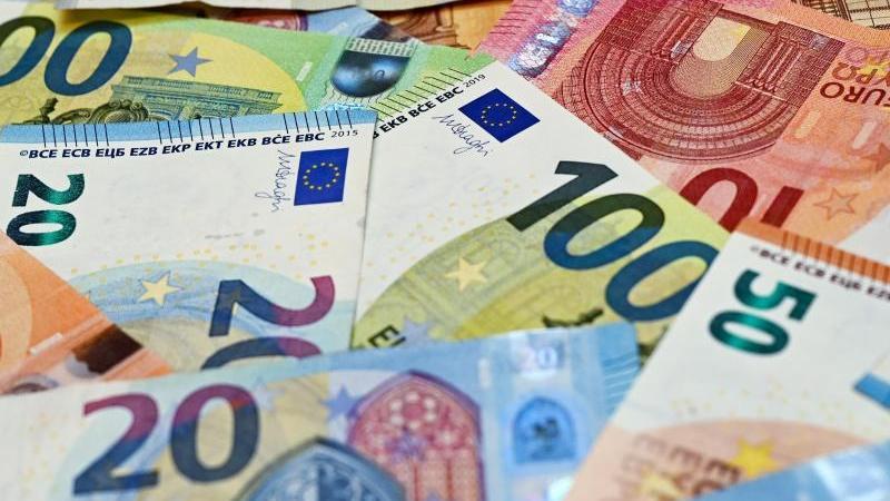 eurobanknoten-liegen-auf-einem-tisch-foto-patrick-pleuldpa-zentralbilddpaillustration
