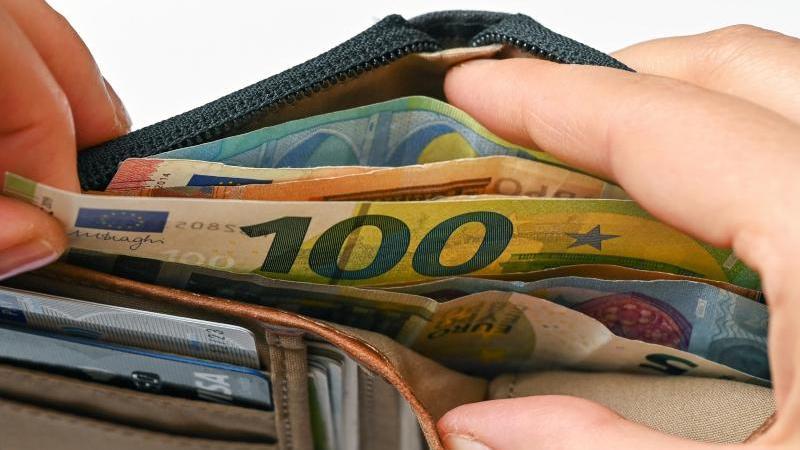 viele-eurobanknoten-stecken-in-einer-geldborse-foto-patrick-pleuldpa-zentralbildillustration