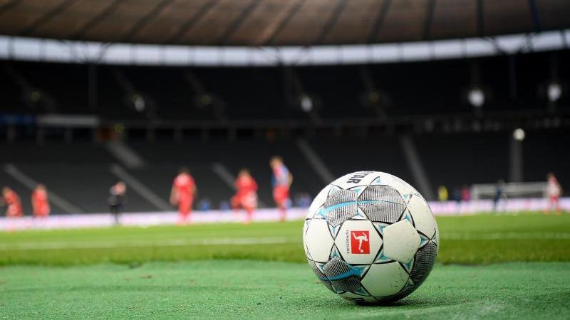 ein-spielball-liegt-auf-dem-rasen-foto-stuart-franklingetty-images-europepooldpasymbolbild