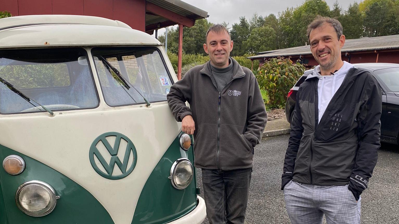 oliver-scheel-re-zu-besuch-bei-richard-morgen-der-schon-100-oldtimer-zu-elektroautos-gemacht-hat-unter-anderem-diesen-bulli-aus-dem-jahr-1966