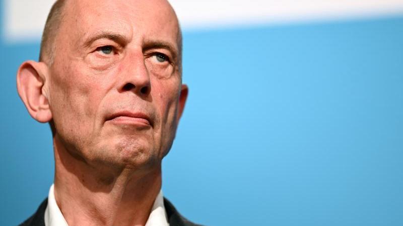 thuringens-wirtschaftsminister-wolfgang-tiefensee-in-erfurt-foto-martin-schuttdpa-zentralbilddpaarchivbild