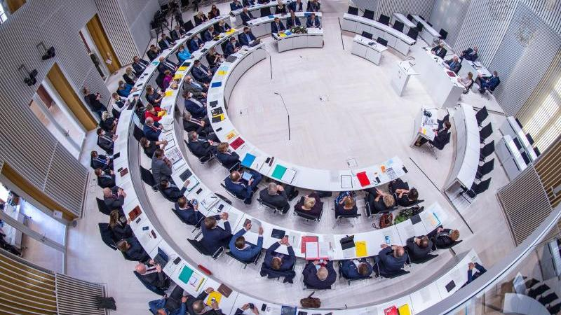 die-abgeordneten-des-neu-gewahlten-landtags-treffen-sich-im-plenarsaal-foto-jens-buttnerdpa-zentralbilddpa