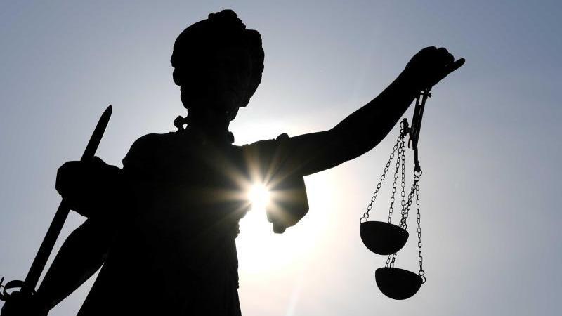 Eine Statue der Justitia steht mit Waage und Schwert in der Hand. Foto: Arne Dedert/dpa/Symbolbild