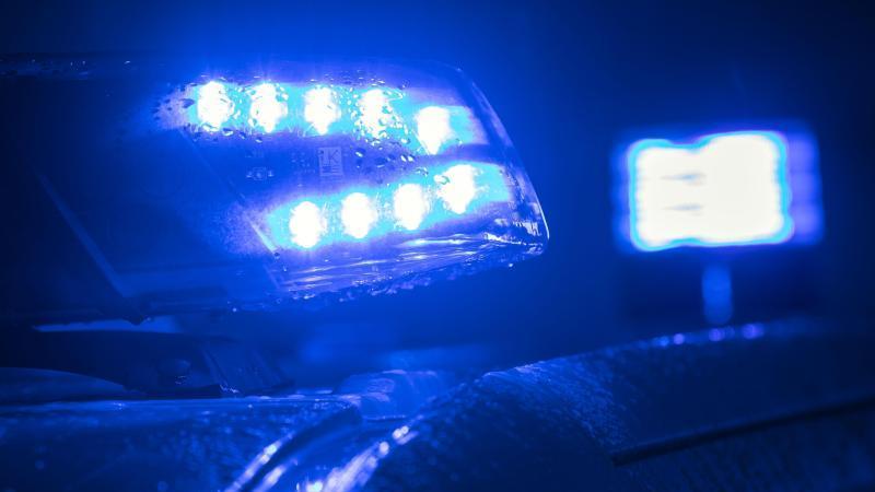 blaulicht-auf-einem-polizeifahrzeug-foto-jens-buttnerzbdpasymbolbild