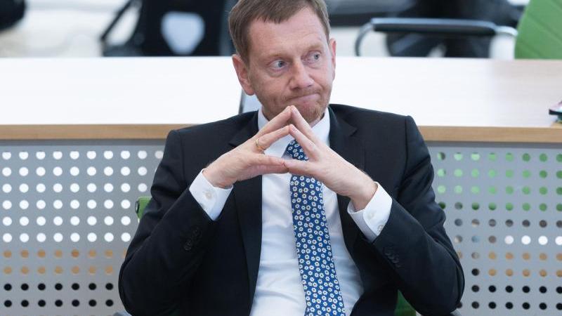 sachsens-ministerprasident-michael-kretschmer-cdu-nimmt-an-einer-landtagssitzung-teil-foto-sebastian-kahnertdpa-zentralbilddpaarchivbild