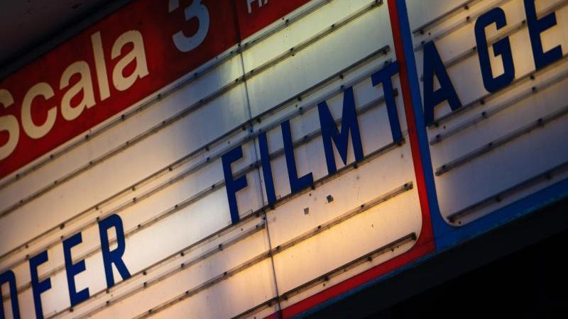 hofer-filmtage-ist-an-einer-kinotafel-zu-lesen-foto-nicolas-armerdpaarchivbild