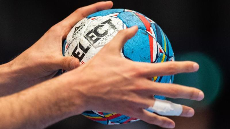 ein-handballer-halt-den-spielball-in-den-handen-foto-robert-michaeldpasymbolbild