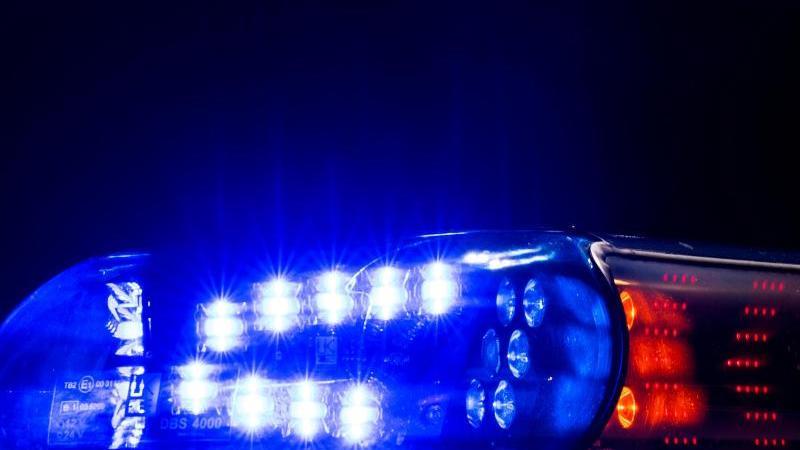 das-blaulicht-leuchtet-auf-dem-dach-eines-polizeiwagens-foto-monika-skolimowskadpa-zentralbildzbsymbolbild
