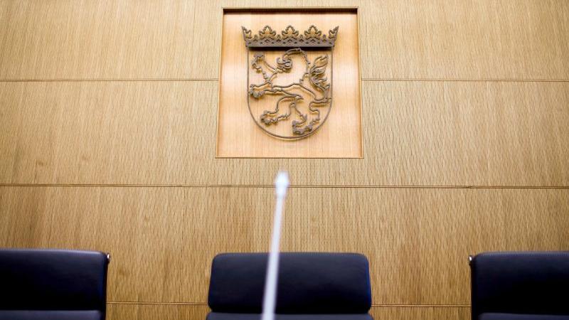 sitzungssaal-des-staatsgerichtshofs-in-wiesbaden-foto-picture-alliancefrank-rumpenhorstdpaarchivbild