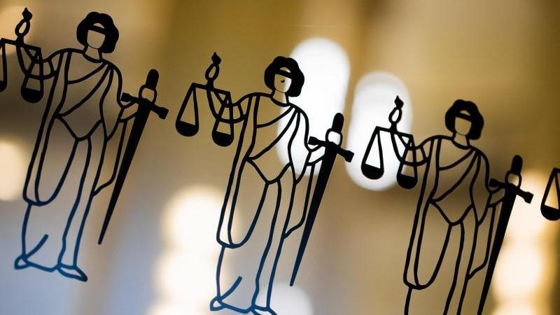 die-justitia-ist-an-einer-scheibe-zu-sehen-foto-rolf-vennenbernddpasymbolbild