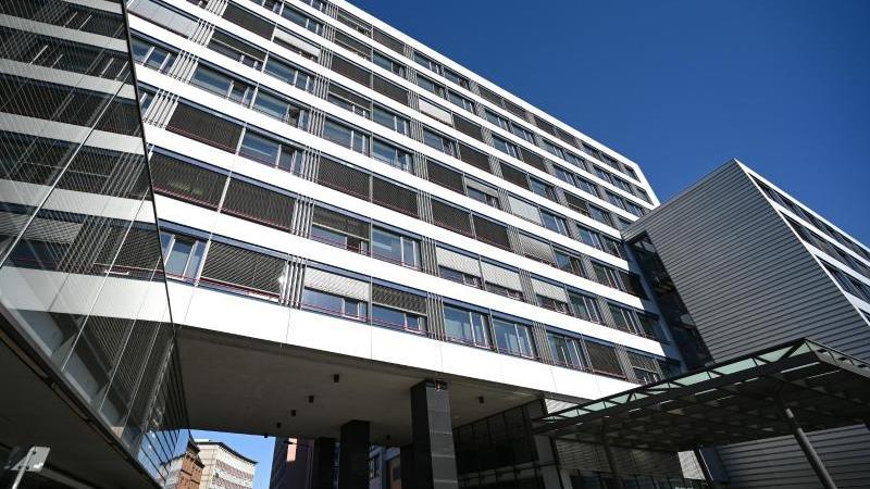 der-gebaudetrakt-im-frankfurter-gerichtsviertel-mit-sitz-des-oberlandesgerichts-und-der-generalstaatsanwaltschaft-foto-arne-dedertdpaarchivbild
