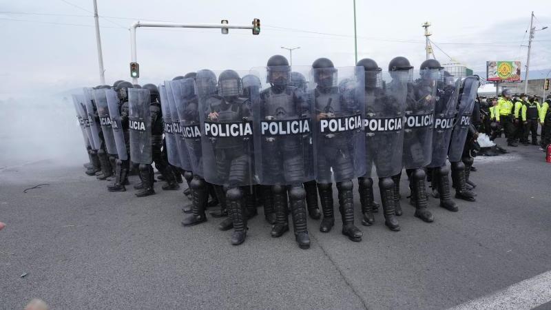 ecuadorianische-polizisten-rucken-in-saquisili-gegen-demonstranten-vor-es-ist-der-erste-tag-eines-landesweiten-generalstreiks-gegen-den-anstieg-der-benzinpreise-und-die-politik-von-prasident-guillermo-lasso-foto-dolores-ochoaapdpa