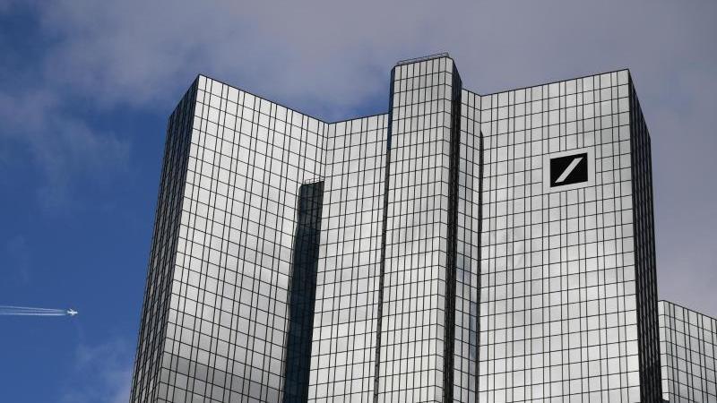wolken-ziehen-uber-der-zentrale-der-deutschen-bank-foto-arne-dedertdpa