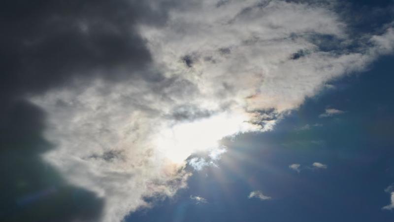 die-sonne-kommt-hinter-regenwolken-hervor-foto-annette-riedldpasymbolbild