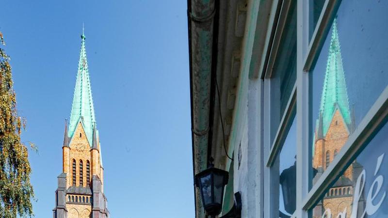 der-schleswiger-dom-spiegelt-sich-in-einem-fenster-der-altstadt-foto-markus-scholzdpa