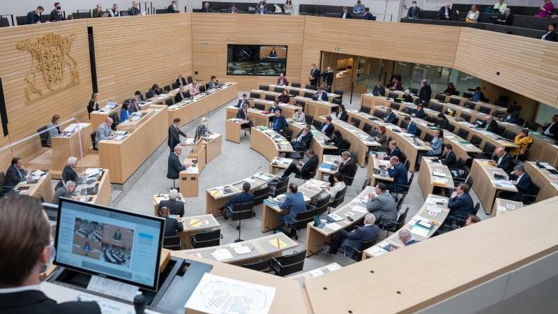 im-plenarsaal-im-landtag-von-baden-wurttemberg-debattieren-abgeordnete-foto-bernd-weibroddpa
