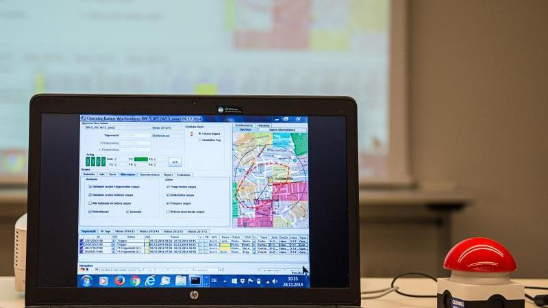 auf-einem-laptop-steht-die-prognosesoftware-precobs-neben-einem-symbolischen-startknopf-foto-wolfram-kastldpaarchiv