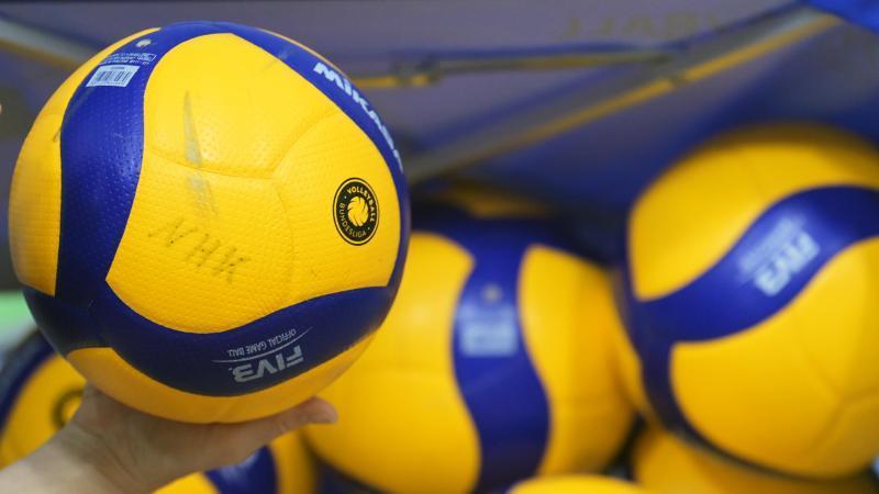 volleyballe-liegen-in-einer-halle-foto-soeren-stachedpa-zentralbilddpasymbolbild
