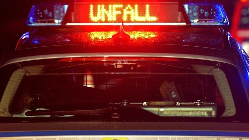 ein-streifenwagen-der-polizei-steht-an-einer-unfallstelle-foto-stefan-puchnerdpasymbolbild
