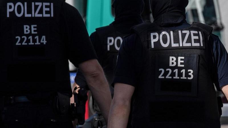 berliner-polizisten-sind-im-einsatz-foto-paul-zinkendpasymbolbild
