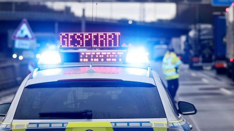 auf-einem-polizeifahrzeug-leuchtet-die-aufschrift-gesperrt-foto-david-youngdpasymbolbild