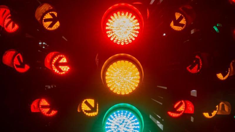 die-ampelblume-im-innenhof-der-stadtwerke-munchen-leuchtet-in-allen-phasen-rot-gelb-und-grun-foto-peter-kneffeldpasymbolbild