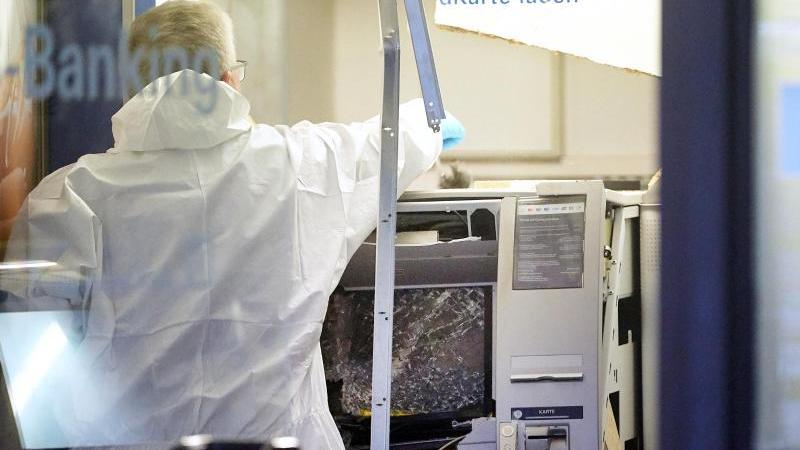 kripobeamte-sichern-nach-der-sprengung-eines-geldautomaten-spuren-foto-thomas-freydpasymbolbild