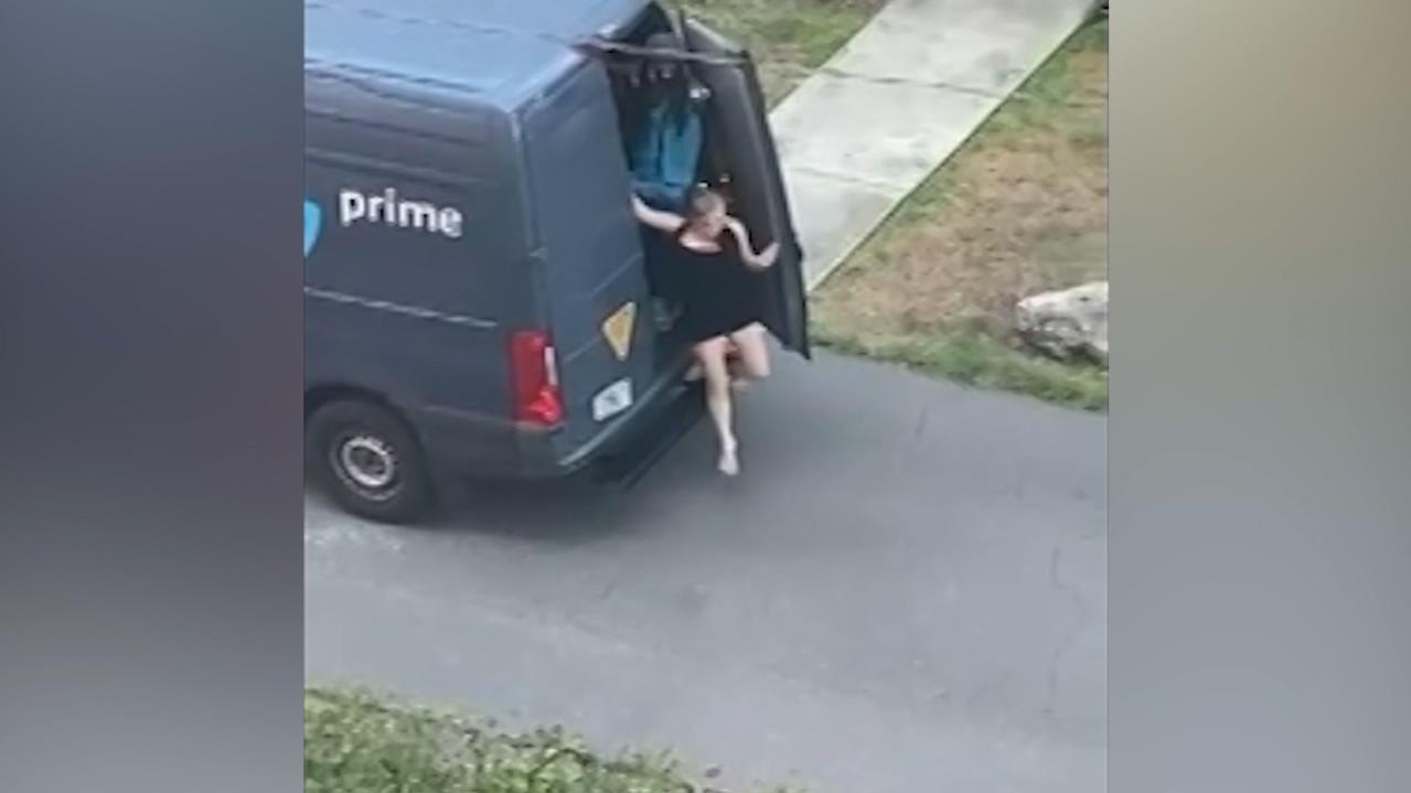 es-rappelt-zwischen-kartons-hatte-ein-kurier-sex-im-lieferwagen