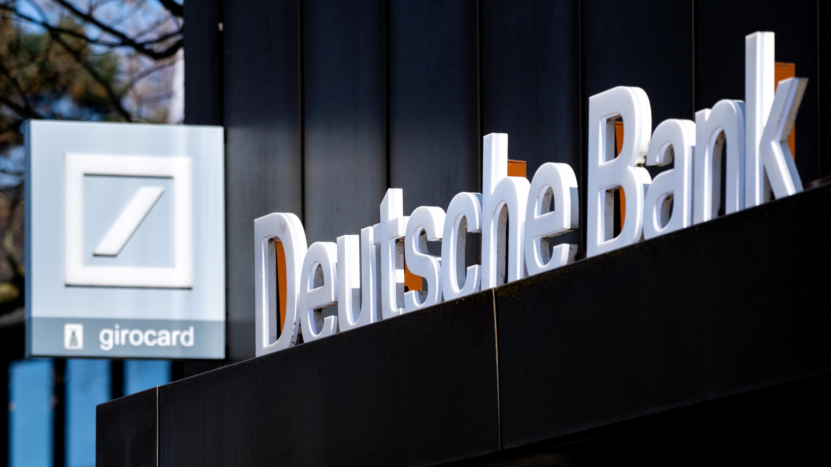 deutsche-bank-und-postbank-informieren-ihre-kunden-uber-neue-nutzungsbedingungen