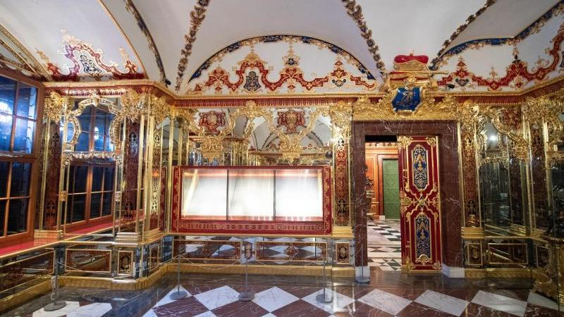 blick-auf-die-ausgeraubte-vitrine-im-juwelenzimmer-des-historischen-grunen-gewolbes-im-residenzschloss-foto-sebastian-kahnertdpa-zentralbilddpaarchivbild