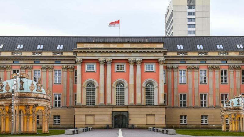 blick-auf-das-stadtschloss-sitz-des-brandenburger-landtags-foto-julian-stahledpa-zentralbilddpaarchivbild