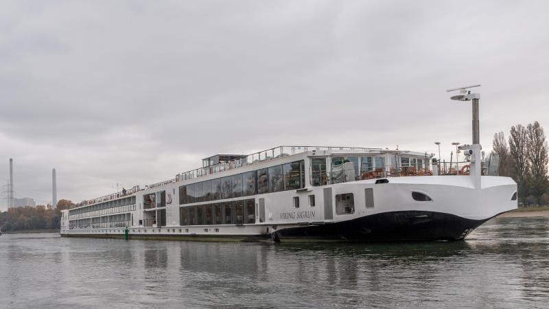 zwei-schiffe-haben-sich-auf-dem-rhein-bei-hagenbach-in-rheinland-pfalz-festgefahren-foto-aaron-klewereinsatz-report24dpa