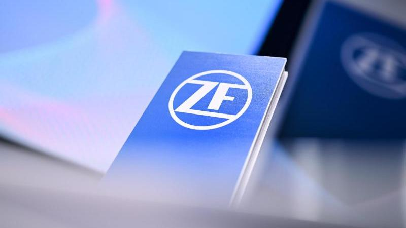 eine-stele-mit-einem-zf-logo-foto-felix-kastledpaarchivbild