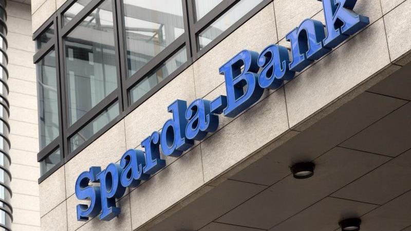 das-logo-der-sparda-bank-hangt-an-einer-filliale-foto-picture-alliance-bernd-weibroddpaarchivbild