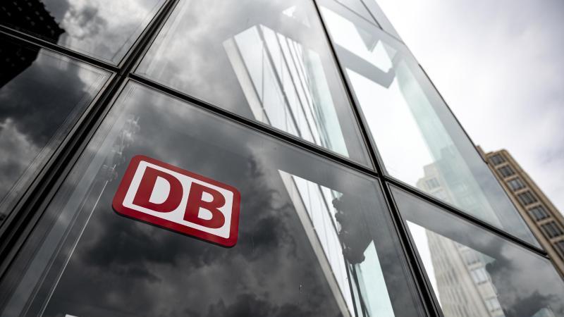 der-schriftzug-mit-logo-steht-an-der-zentrale-der-deutschen-bahn-in-berlin-foto-fabian-sommerdpasymbolbild