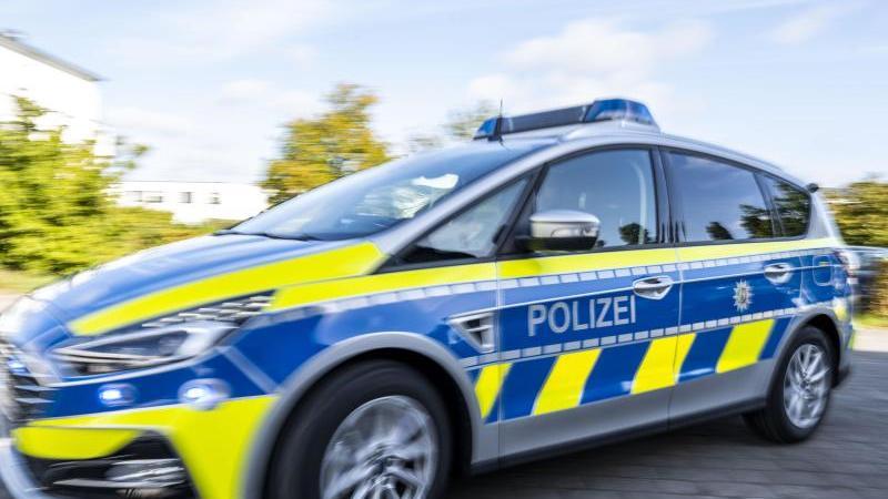 ein-polizeiwagen-fahrt-mit-eingeschaltetem-blaulicht-zu-einem-einsatz-foto-david-inderlieddpaillustration