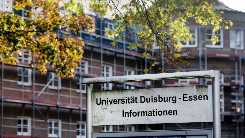 das-foto-zeigt-ind-schild-vor-gebauden-der-universitat-duisburg-essen-foto-roland-weihrauchdpa