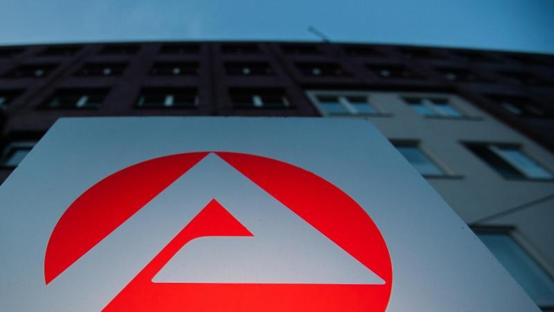 ein-schild-steht-vor-einem-standort-der-agentur-fur-arbeit-foto-julian-stratenschultedpasymbolbild